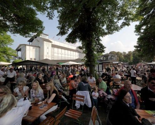 Rennbahn - Tribuene - Biergarten - Zuschauer