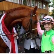 Jockey Umberto Rispoli sichtlich erfreut nach seinem Sieg auf Isfahan im Preis des Winterfavoriten 2015 (Foto: Klaus-Jörg Tuchel)
